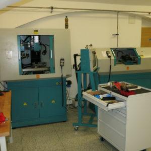 CNC frézka a soustruh v mechanické dílně