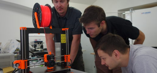 (čeština) Laboratoř má nový přírůstek do rodiny 3D tiskáren